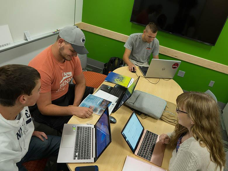 Students in a collaboration room in Kostos.